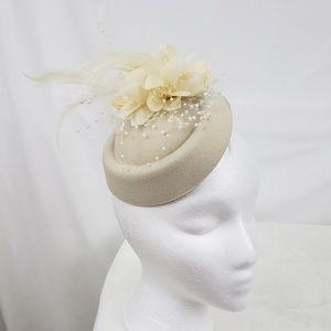 Accessories - 🆕️floral feather pearl fascinator